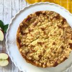 Apfel-Rahm-Kuchen mit Marzipanstreuseln