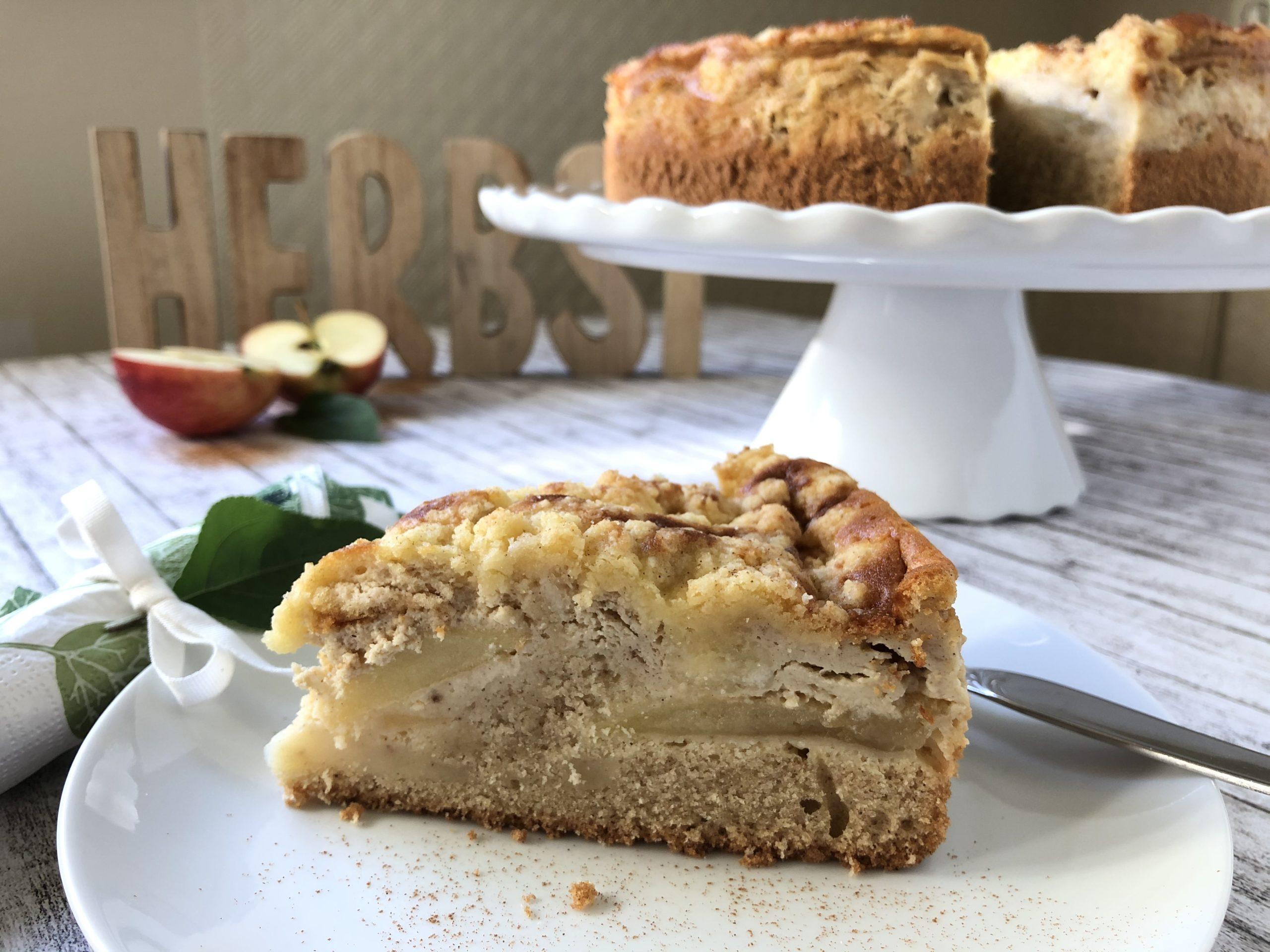 Ein Stück Apfel-Zimt-Rahmkuchen