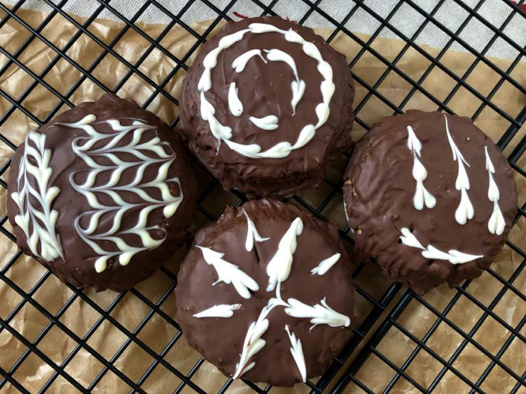 vier Lebkuchen mit Guss auf Gitter